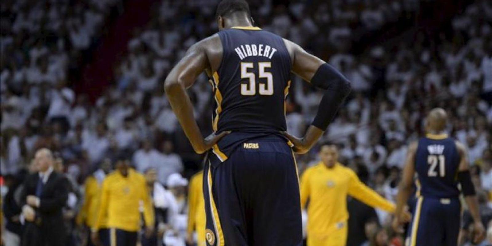 El jugador de Pacers Roy Hibbert sale del campo de juego al final del quinto partido ante Heat por la final de la Conferencia Este de la NBA, en el American Airlines Arena de Miami, Florida (EE.UU.). EFE