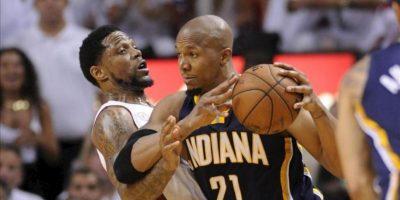 El jugador de Pacers David West (d) es marcado por Udonis Haslem (i), de Heat, durante el quinto partido por la final de la Conferencia Este de la NBA, en el American Airlines Arena de Miami, Florida (EE.UU.). EFE