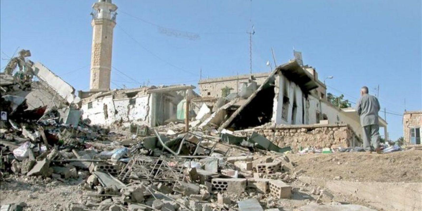 Un libanés junto a unas casas destruidas tras un ataque aéreo con misiles en la frontera entre Líbano y Siria. EFE/Archivo
