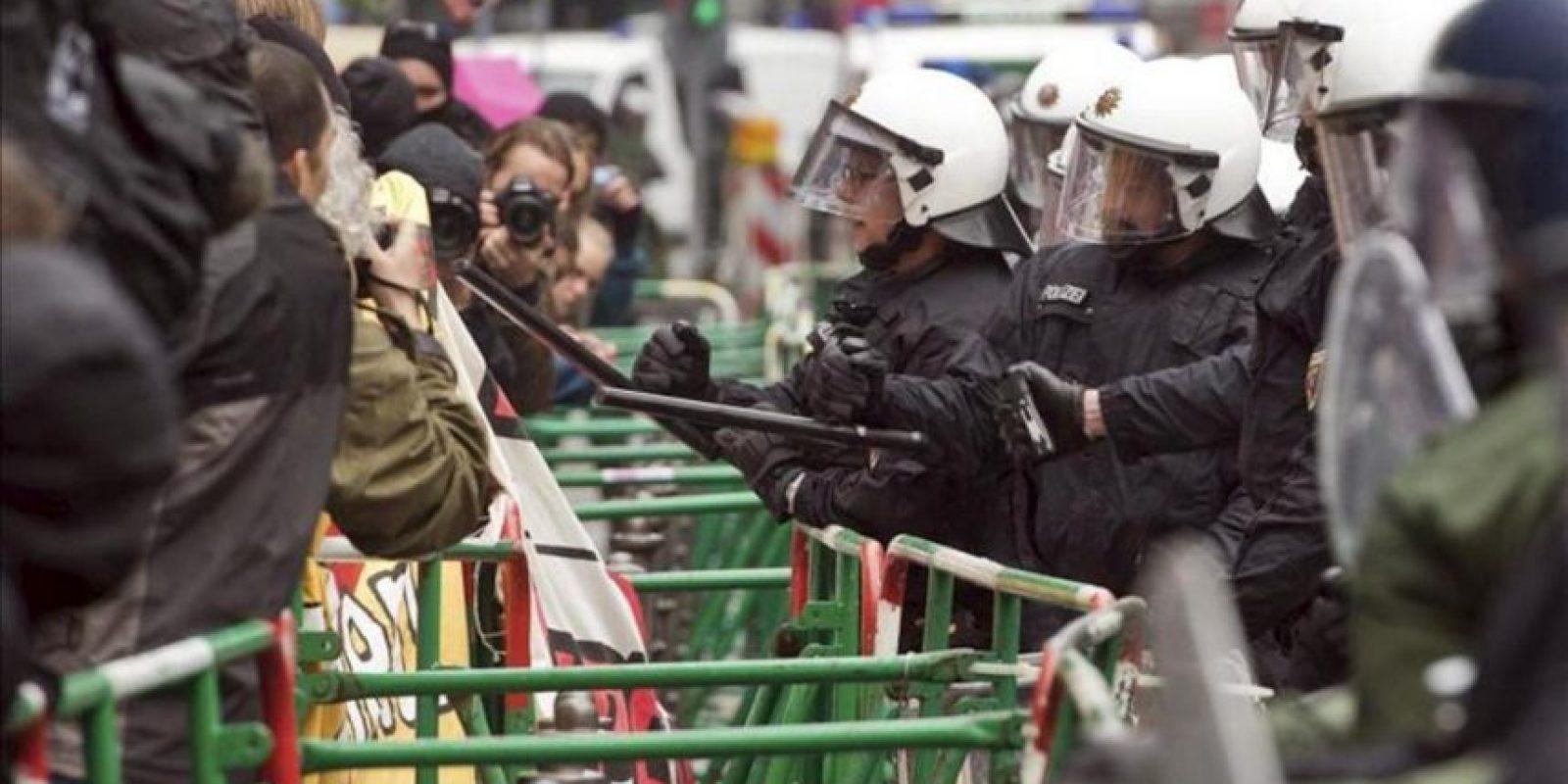 """Agentes de policía forman una barrera frente a los activistas del movimiento """"Blockupy"""" que se concentraron hoy ante la sede del Banco Central Europeo en Fráncfort, en Alemania. EFE"""