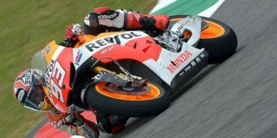 El piloto español de MotoGP Marc Márquez, de Honda, traza una curva durante una sesión de entrenamientos libres para el Gran Premio de Italia de motociclismo en el circuito de Mugello, Italia, hoy. EFE
