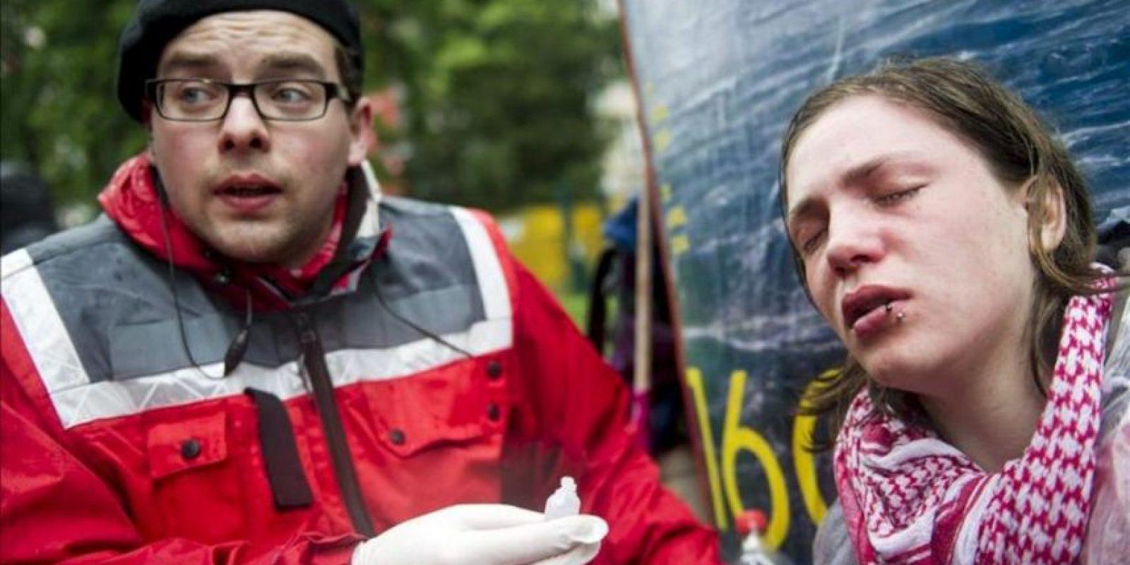 """Una activists del movimiento """"Blockupy"""" recibe tratamiento médico durante una concentración ante la sede del Banco Central Europeo en Fráncfort (Alemania). EFE"""