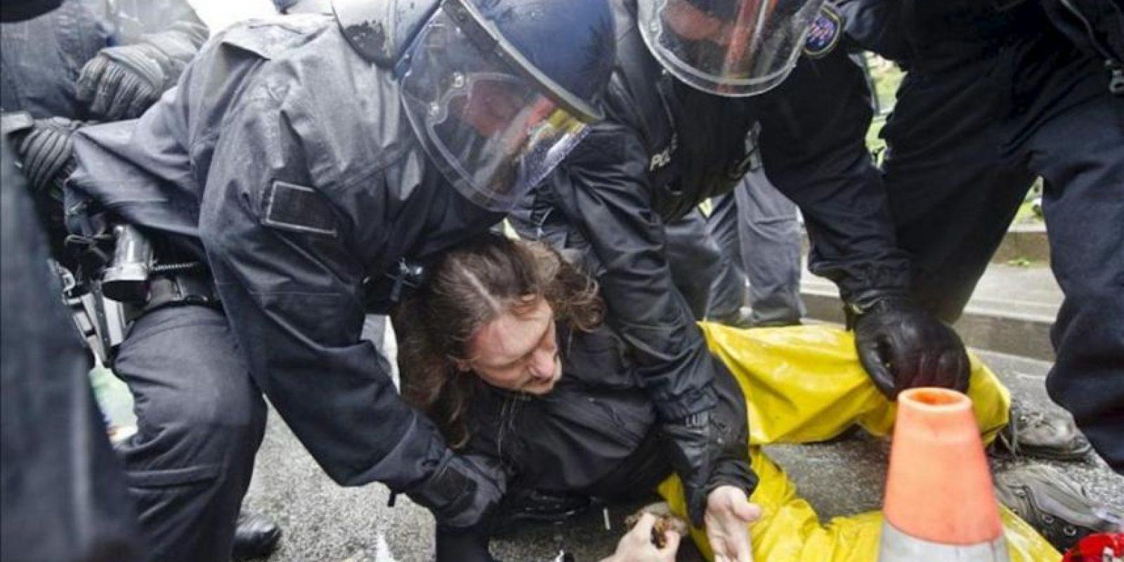 """Agentes de policía forcejean con activistas del movimiento """"Blockupy"""" durante una concentración ante la sede del Banco Central Europeo en Fráncfort (Alemania). EFE"""