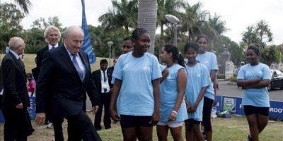 El presidente de la FIFA, Joseph S. Blatter (izq), juega con un balón mientras visita las instalaciones de un programa financiado por la FIFA en el ámbito de su participación en el 63º Congreso de la FIFA en Port Louis (Mauricio) hoy. EFE