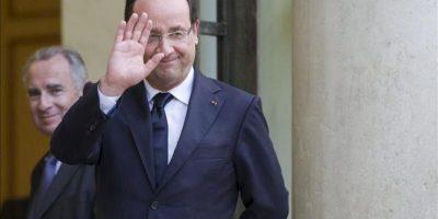 El presidente francés, Francois Hollande, saluda tras recibir a la canciller alemana, Angela Merkel, ayer en el Palacio del Eliseo, en París (Francia). EFE