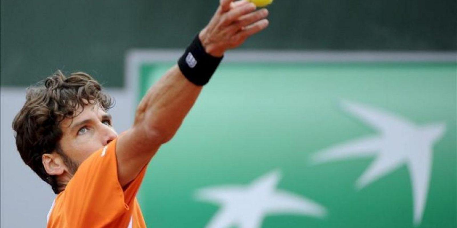 El tenista Feliciano López realiza un saque durante el partido de segunda ronda del torneo de tenis Roland Garros. EFE