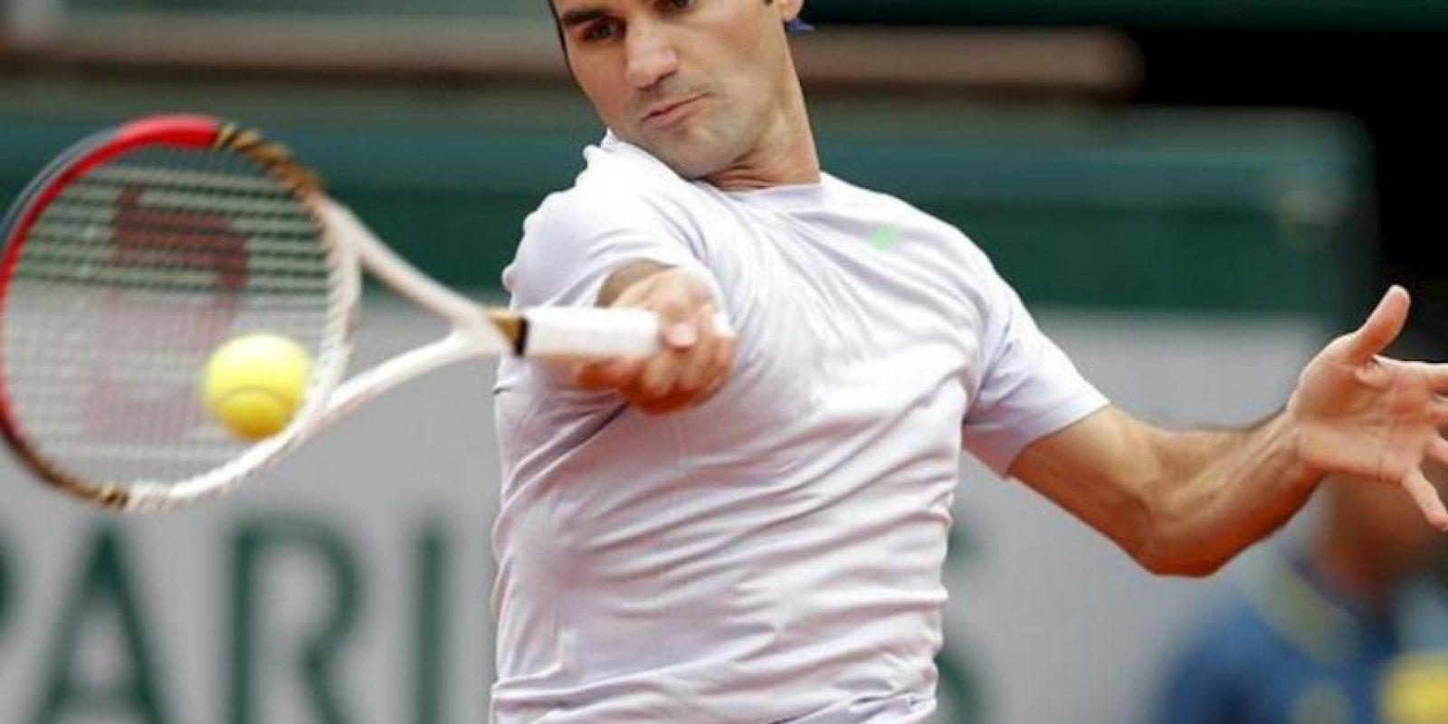 El tenista suizo Roger Federer devuelve una bola durante el partido de tercera ronda del torneo de tenis Roland Garros. EFE