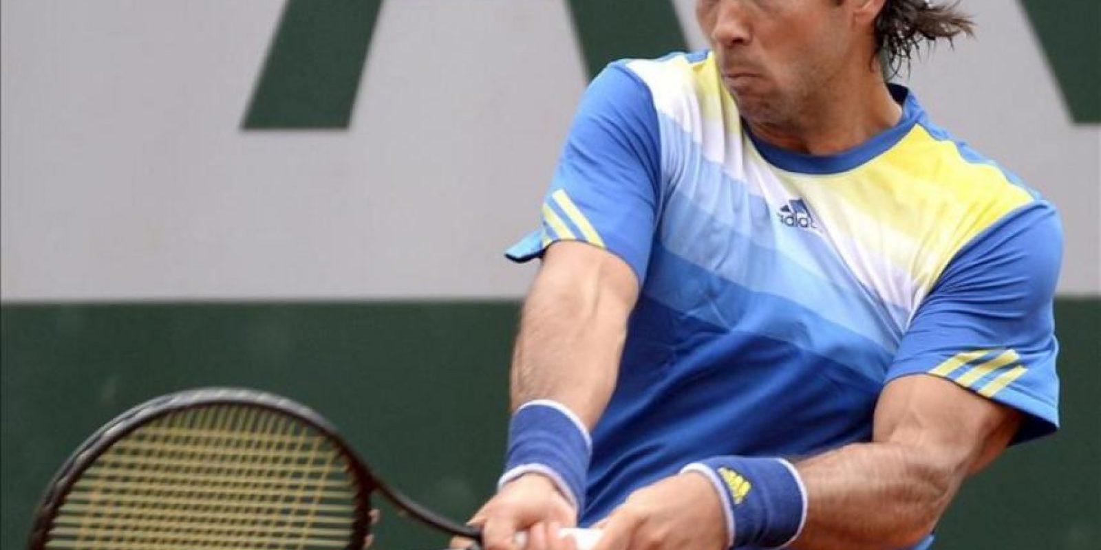 El tenista español Fernando Verdasco golpea la bola durante su partido de segunda ronda de Roland Garros. EFE