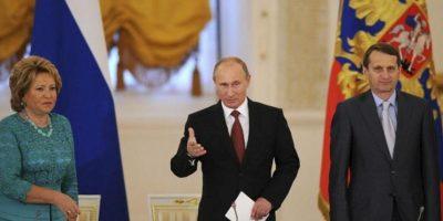 El presidente ruso, Vladimir Putin (c), posa con el presidente de la Duma, Sergei Naryshkin (d), y la presidenta del Consejo Federal, Valentina Matviyenko (i), antes de la reunión del Consejo de Estado en el Palacio del Kremlin de Moscú, Rusia hoy, viernes 31 de mayo de 2013. EFE