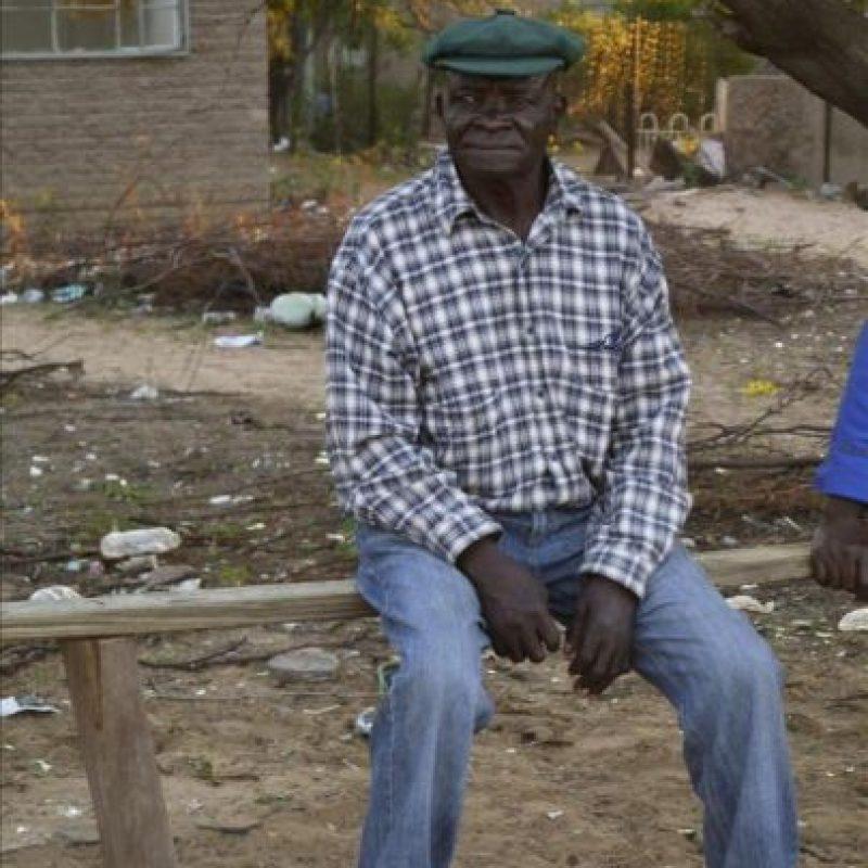 Un exsoldado del Batallón 32, sentado en las calles de Pomfret. Durante más de dos décadas, hasta que el curso de la historia dictó implacable su final, el Batallón 32 de Sudáfrica fue para muchos una de las mejores unidades de infantería ligera de los días de la Guerra Fría. EFE