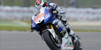 El piloto italiano de Yamaha, Jorge Lorenzo, toma una curva durante la segunda sesión de entrenamientos libres del Gran Premio de Italia. EFE