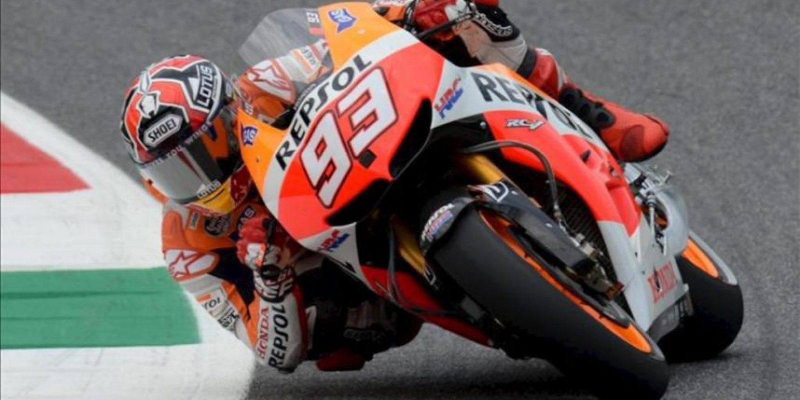 El piloto espñol de Repsol Honda, Marc Márquez, toma una curva durante la segunda sesión de entrenamientos libres del Gran Premio de Italia. EFE