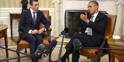 El presidente de Estados Unidos, Barack Obama (d), junto con el secretario general de la Alianza del Atlántico Norte (OTAN), Anders Fogh Rasmussen (i), durante un encuentro en el Despacho Oval de la Casa Blanca, en Washington (Estados Unidos). EFE
