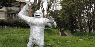 El gorila fue construido por desconocidos hacia mediados de marzo de este año. La alcaldía de Teusaquillo ordenó su destrucción, pues este elemento no tenía permiso para estar ahí. Foto: Cortesía alcaldía de Teusaquillo