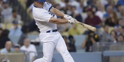 El jugador de los Dodgers Mark Ellis conecta un cuadrangular de dos carreras ante los Gigantes este miércoles 25 de junio de 2013, durante un juego de la MLB en el estadio Dodger de Los Ángeles, California (EE.UU.). EFE