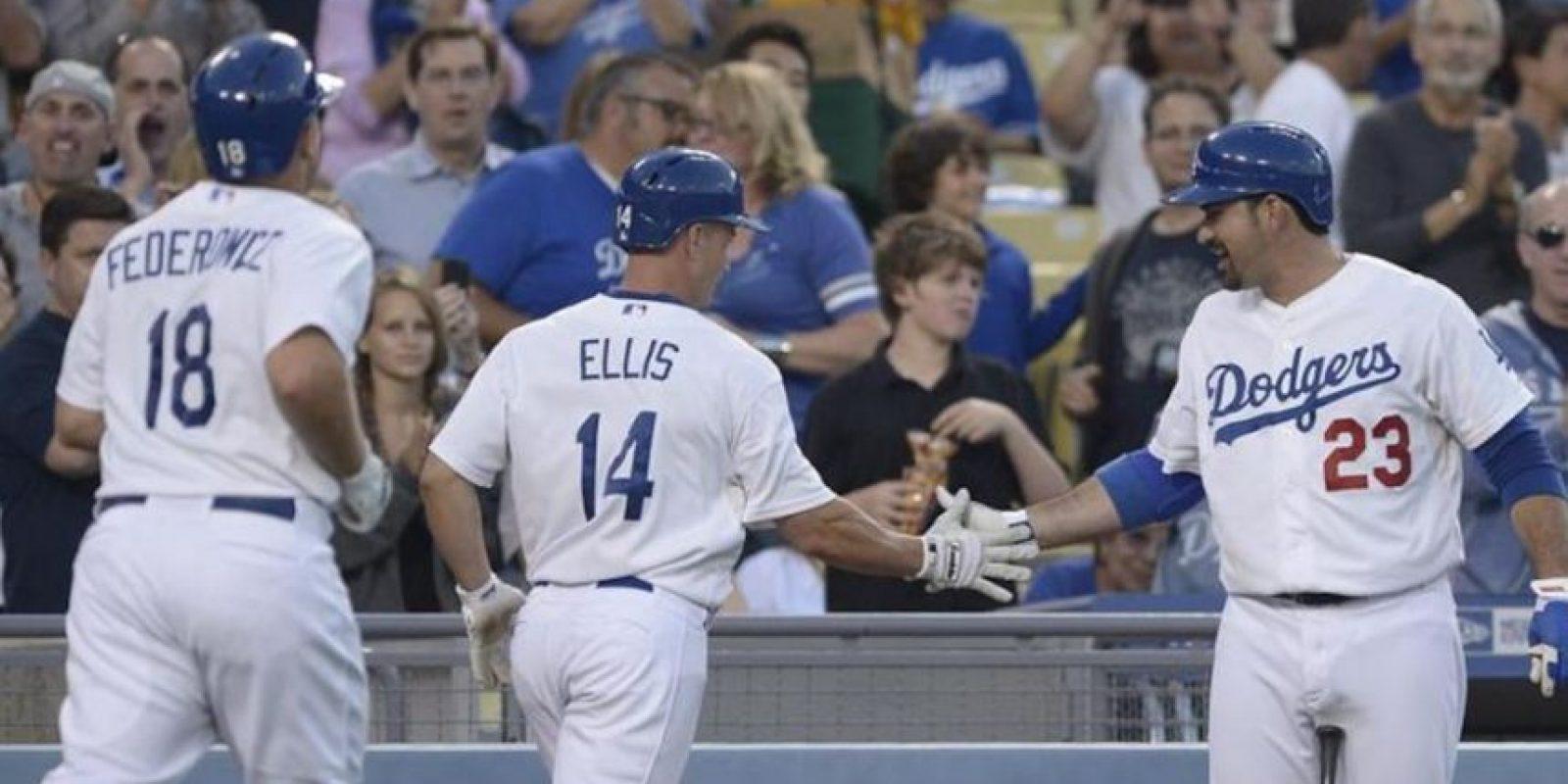 El jugador de los Dodgers A.J. Ellis (c) es felicitado por sus compañeros Adrián González (d) y Tim Federowicz (i) tras batear un cuadrangular de dos carreras este miércoles 25 de junio de 2013, durante un juego de la MLB en el estadio Dodger de Los Ángeles, California (EE.UU.). EFE