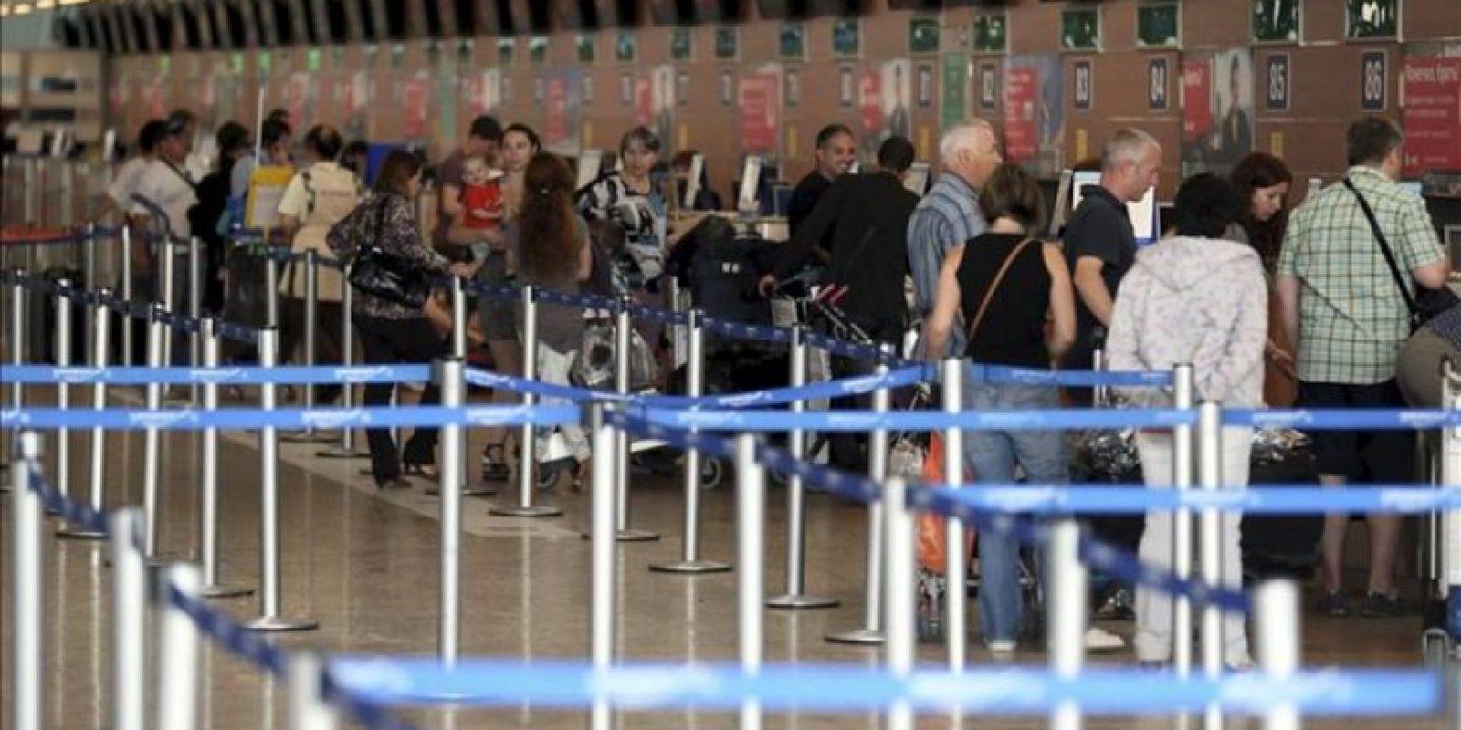 Pasajeros facturan sus maletas en el aeropuerto de Sheremetyevo en Moscú (Rusia). EFE