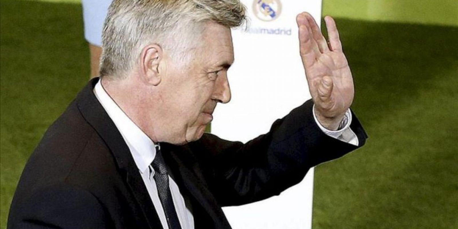 El italiano Carlo Ancelotti saluda al ser presentado hoy como nuevo entrenador del Real Madrid para las próximas tres temporadas, sucediendo en el cargo al portugués José Mourinho. EFE