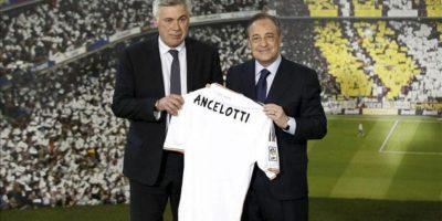 El italiano Carlo Ancelotti (i) posa con su camiseta junto al presidente del Real Madrid, Florentino Pérez (d), al ser presentado hoy como nuevo entrenador del equipo para las próximas tres temporadas, sucediendo en el cargo al portugués José Mourinho. EFE