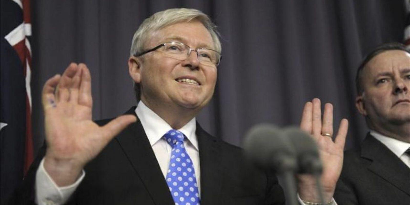 El ex primer ministro australiano Kevin Rudd (i) comparece junto al titular de la cartera de Desarrollo regional y Gobiernos locales, Anthony Albanese (d), durante una rueda de prensa ofrecida en el Parlamento de Canberra (Australia). EFE