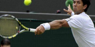 Fernando Verdasco golpea la bola durante su partido de la segunda ronda del Torneo de Wimbledon. EFE