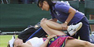 La tenista rusa María Sharapova recibe tratamiento médico durante un partido de segunda ronda del torneo de tenis de Wimbledon. EFE