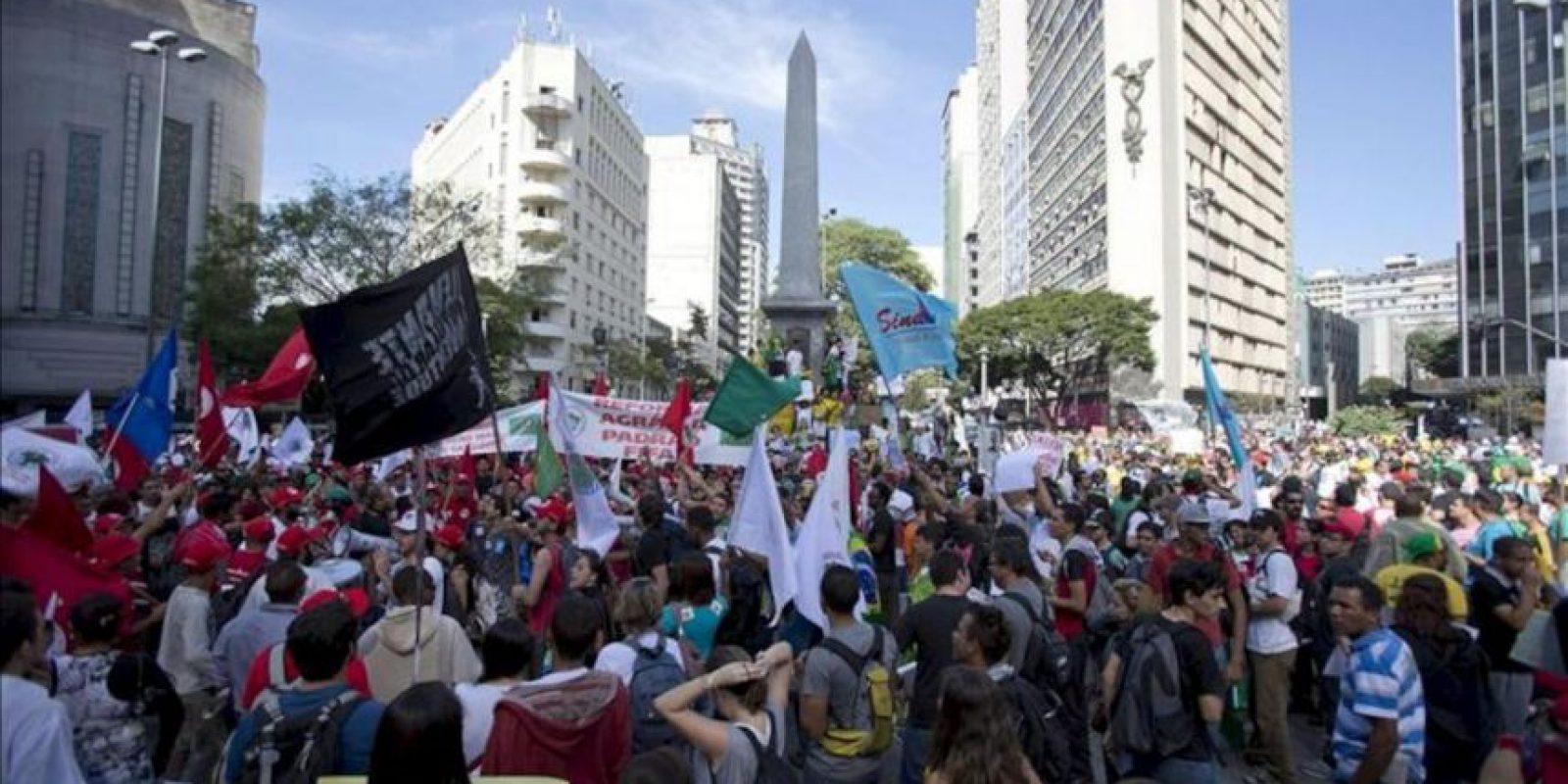 Manifestantes se reúnen hoy, miércoles 26 de junio de 2013, en la Plaza Sete, en el centro de Belo Horizonte (Brasil). EFE