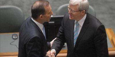 El nuevo primer ministro australiano, Kevin Rudd (d), estrecha la mano del líder de oposición Tony Abbot (i) hoy, miércoles 27 de junio de 2013, antes de dirigirse a la Cámara de Representantes, en el Parlamento, en Camberra (Australia). EFE