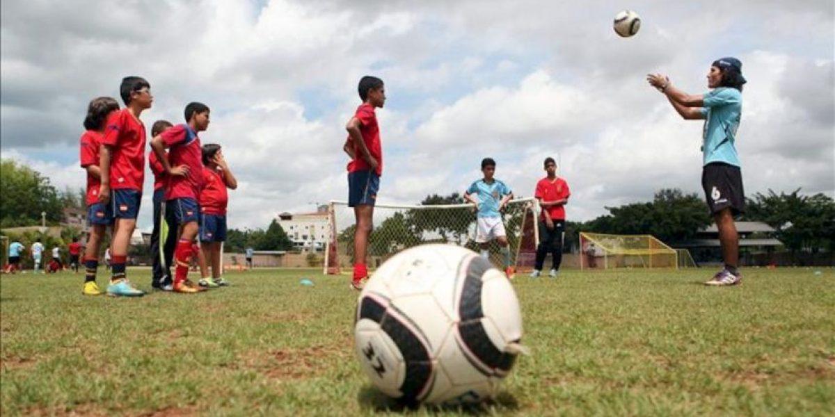 Entrenadores españoles ofrecen un campamento de fútbol a niños en Santo Domingo