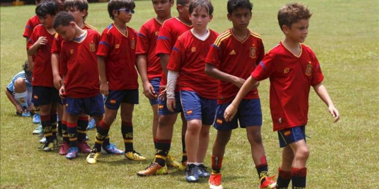 Un grupo de niños participa en un campamento de tecnificación y formación de fútbol impartido por entrenadores de la Fundación de la Real Federación Española de Fútbol (RFEF) en Santo Domingo (R.Dominicana). EFE