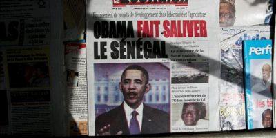 Un periódico senegalés anuncia la llegada del presidente de los Estados Unidos Barack a Dakar (Senegal). Este es el primer día su gira por África que incluye visitas a Sudáfrica y Tanzania, además de sus tres días en Senegal. EFE