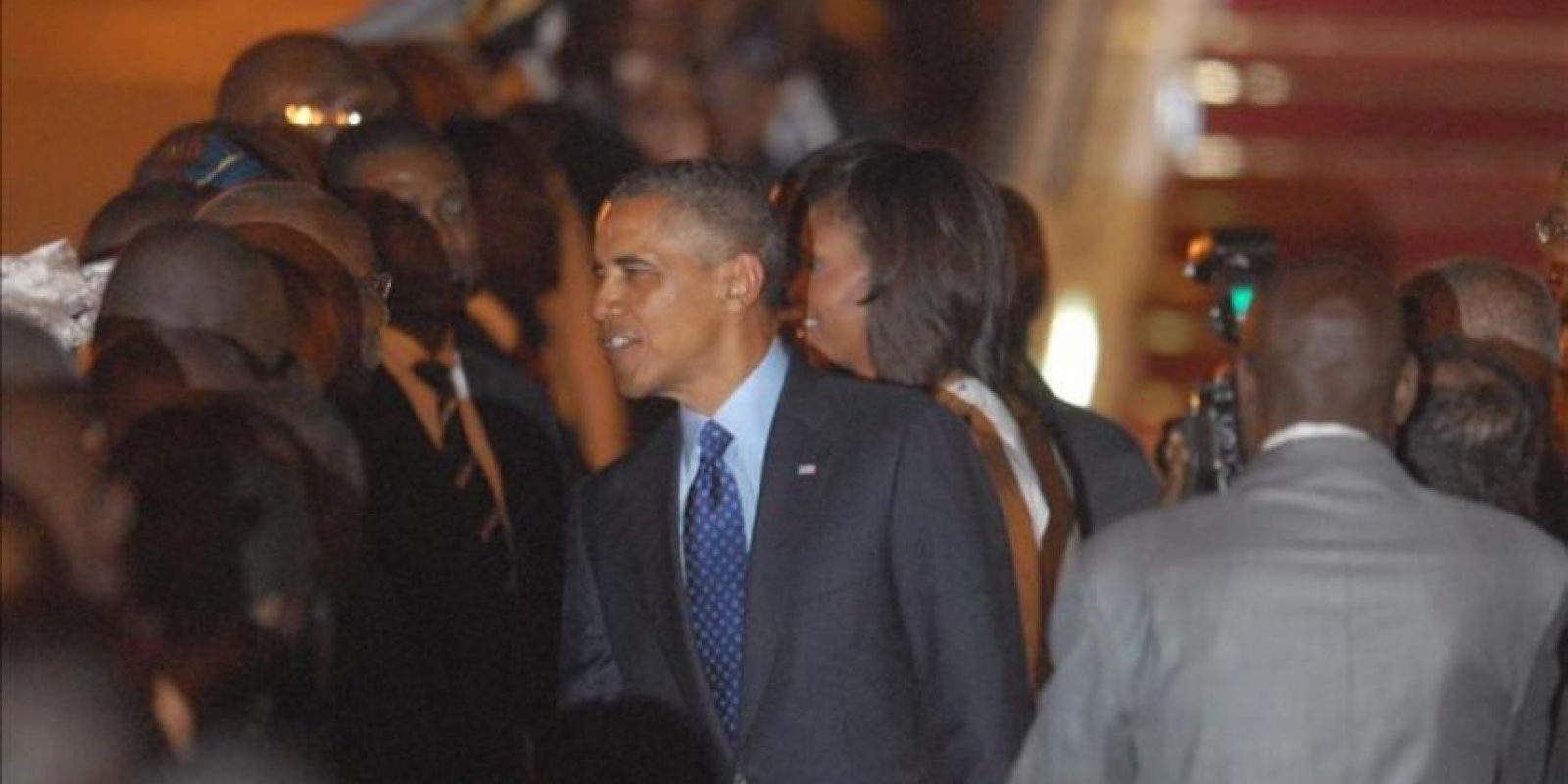 El presidente de los Estados Unidos Barack Obama (c) y su esposa Michelle (c-d) saludan a funcionarios senegaleses a su llegada a Dakar (Senegal). Este es el primer día su gira por África que incluye visitas a Sudáfrica y Tanzania, además de sus tres días en Senegal. EFE