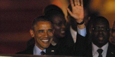 El presidente de los Estados Unidos Barack Obama (c) saluda a su llegada a Dakar (Senegal). Este es el primer día su gira por África que incluye visitas a Sudáfrica y Tanzania, además de sus tres días en Senegal. EFE