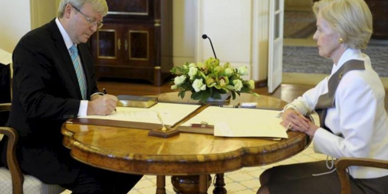 Kevin Rudd (i) firma su juramento como Primer Ministro hoy, 27 de junio de 2013, en el Palacio de Gobierno de Camberra (Australia). La gobernadora general de Australia Quentin Bryce (d) nombró a Rudd como jefe del partido laborista y jefe del gobierno australiano y a su sustituto Anthony Albanese esta mañana. EFE