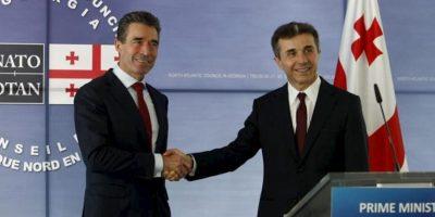 El secretario general de la OTAN, Anders Fogh Rasmussen (i), posa junto al primer ministro de Georgia, Bidzina Ivanishvili (d), a su llegada a Tiflis (Georgia), hoy, miércoles 26 de junio de 2013. EFE
