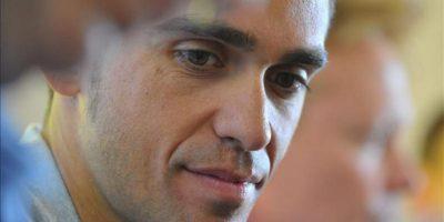 El ciclista español del equipo Saxo-Tinkoff Alberto Contador (c) da una rueda de prensa en Porto-Vecchio, Córcega (Francia) hoy. EFE