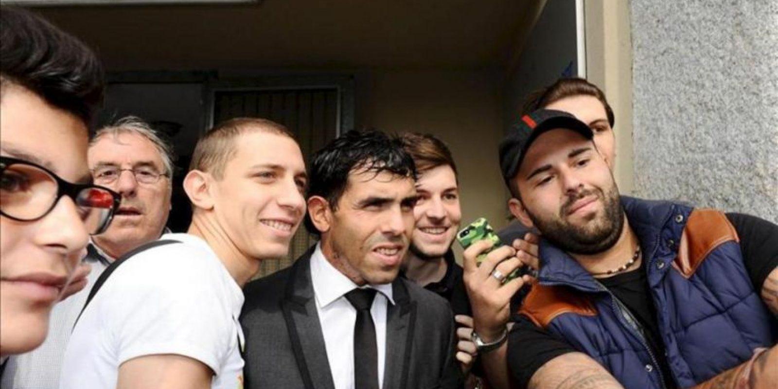 El nuevo futbolista del Juventus, el delantero argentino Carlos Tévez (c), posa con un grupo de aficionados antes de someterse a un reconocimiento médico en Turín (Italia) hoy. EFE