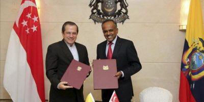 El ministro ecuatoriano de Exteriores, Ricardo Patiño (izda), y el ministro de Justicia de Singapur, K Shanmugam (dcha) posan tras la firma de un acuerdo y un memorando de entendimiento sobre consultas políticas en Singapur hoy, jueves 27 de junio de 2013. EFE