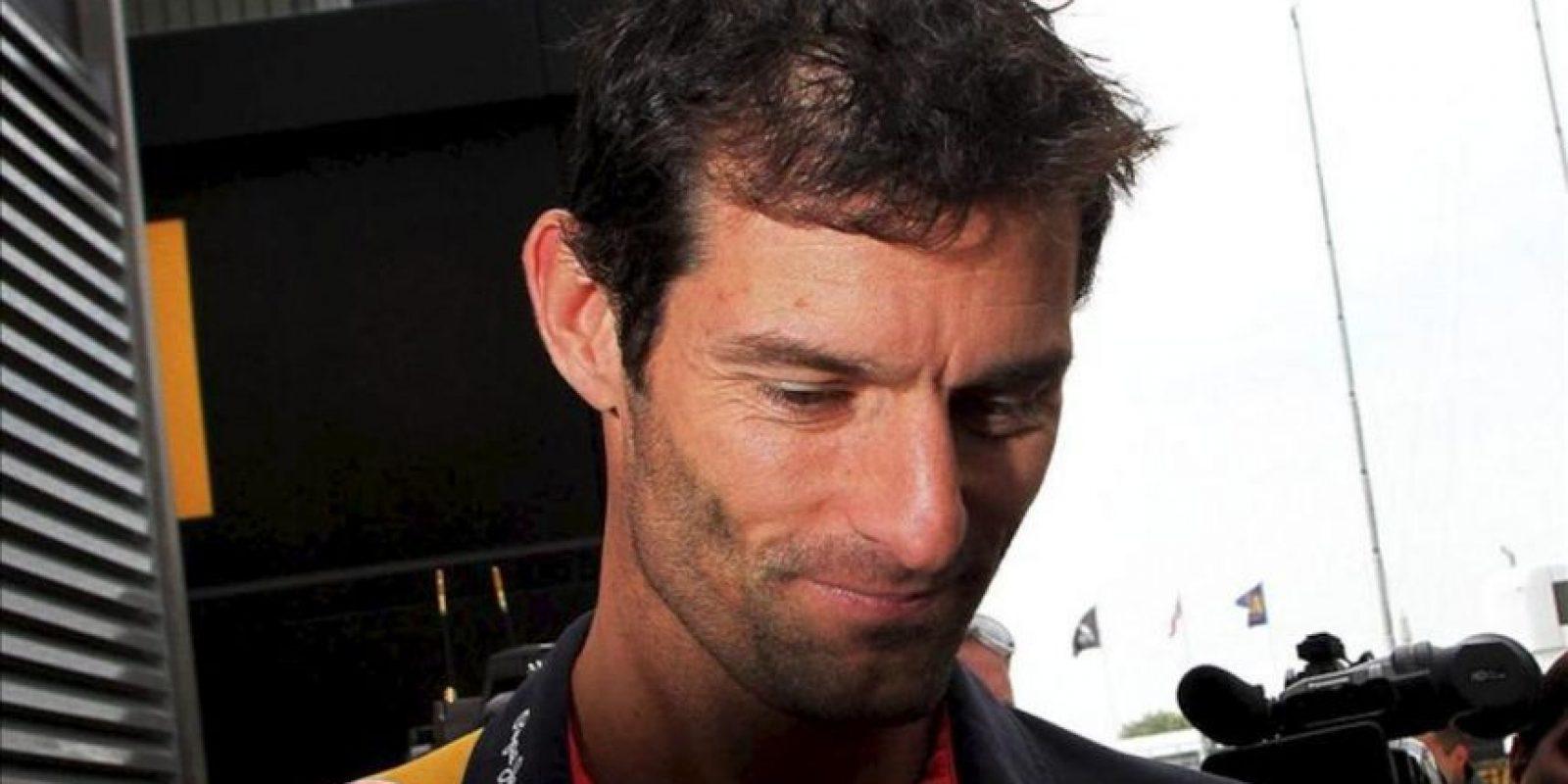 El piloto australiano de Fórmula Uno Mark Webber (Red Bull) camina en el 'paddock' de la pista de Silverstone. EFE