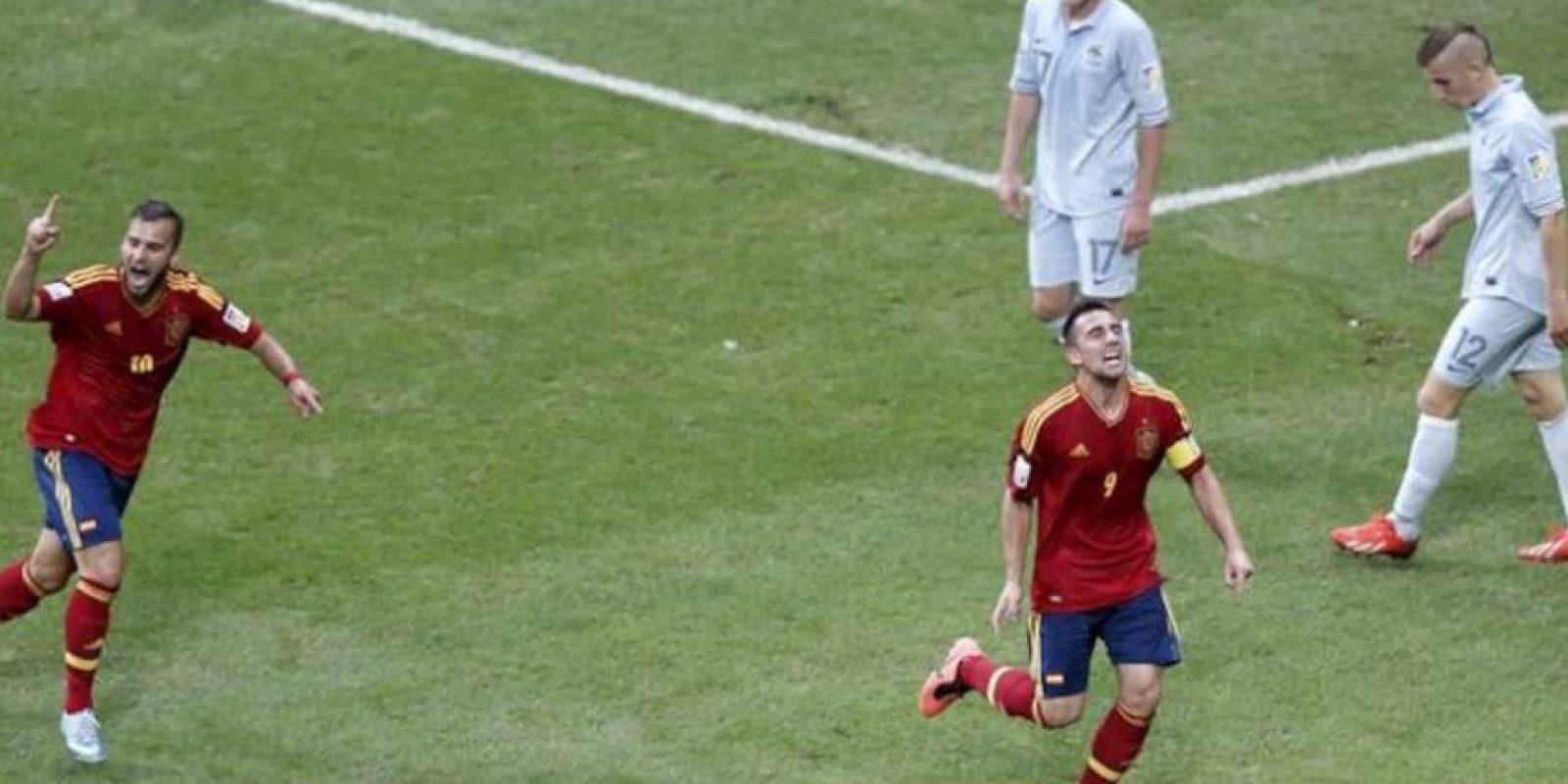 El jugador de la selección española Sub-20 Paco Alcacer (d) celebra un gol con su compañero Jese (i) de Francia durante su correspondiente partido de la fase clasificatoria para el Mundial Sub-20 de Turquía 2013, disputado en el estadio Ali Sami Yen de Estambul (Turquía). EFE