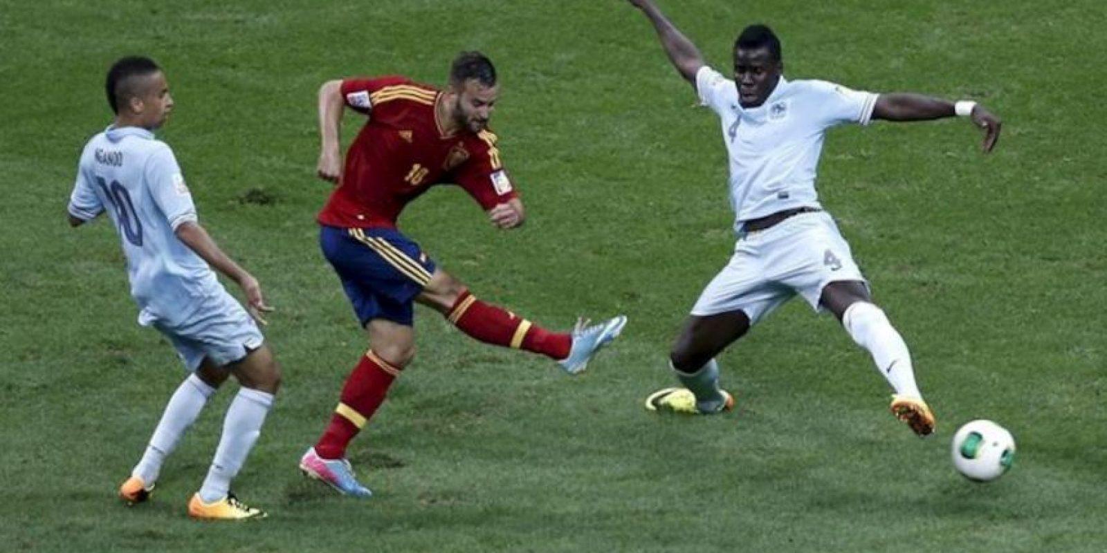 El jugador de la selección española Sub-20 Jese (c) dispara a portería ante los franceses Kurt Zouma (d) y Axel Ngando durante su correspondiente partido de la fase clasificatoria para el Mundial Sub-20 de Turquía 2013 disputado en el estadio Ali Sami Yen de Estambul (Turquía). EFE