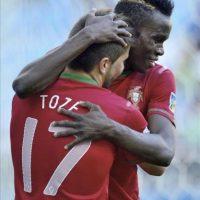 El futbolista de la selección portuguesa To Ze celebra con su compñaero Bruma (dcha) el gol conseguido ante Cuba, durante el partido del Mundial de fútbol sub-20 disputado en Kayseri, Turquía. EFE/Vassil Donev