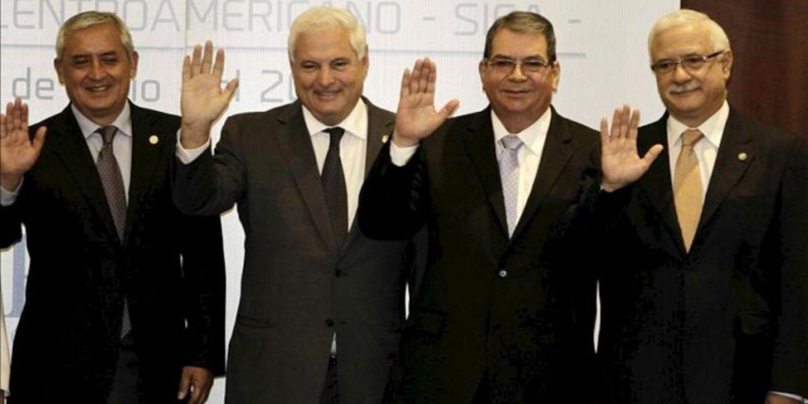 De izquierda a derecha, el presidente de Guatemala, Otto Pérez; el presidente de Panamá, Ricardo Martinelli; el vicepresidente de Nicaragua, Moisés Omar Halleslevens y el secretario general del SICA, Juan Daniel Alemán, posan durante la cumbre del Sistema de Integración Centroamericana (SICA) en San José (Costa Rica). EFE