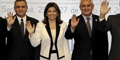 De izquierda a derecha, el presidente de El Salvador, Mauricio Funes, la presidenta de Costa Rica, Laura Chinchilla y de Guatemala, Otto Pérez, posan durante la cumbre del Sistema de Integración Centroamericana (SICA) en San José (Costa Rica). EFE