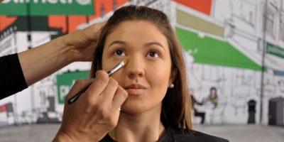 Debe preparar su piel. Tenga en cuenta que su rostro es un lienzo, y debe aplicar base que se vea natural sobre su rostro. Es recomendable, más que nada, que se prepare con horas de anticipación si va a un evento. Si no tiene tiempo, busque expandir la base de adentro hacia afuera 'pintando' la piel con la forma de los músculos. Un buen truco para lucir mejor los ángulos de su cara es adelgazar las facciones aplicando rubor sobre la frente, los pómulos y laterales de la nariz. Luego selle con polvos sueltos para que tenga más durabilidad el maquillaje y de una impresión de frescura. Foto: Carlos H. Llamas /PUBLIMETRO