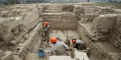 Trabajadores realizan labores de limpieza en un mausoleo preinca de 1.200 años de antigüedad, en la zona denominada Castillo de Huarmey, región norteña de Áncash. Un equipo de arqueólogos polacos y peruanos halló 63 cuerpos en este mausoleo, informó la minera Antamina. EFE