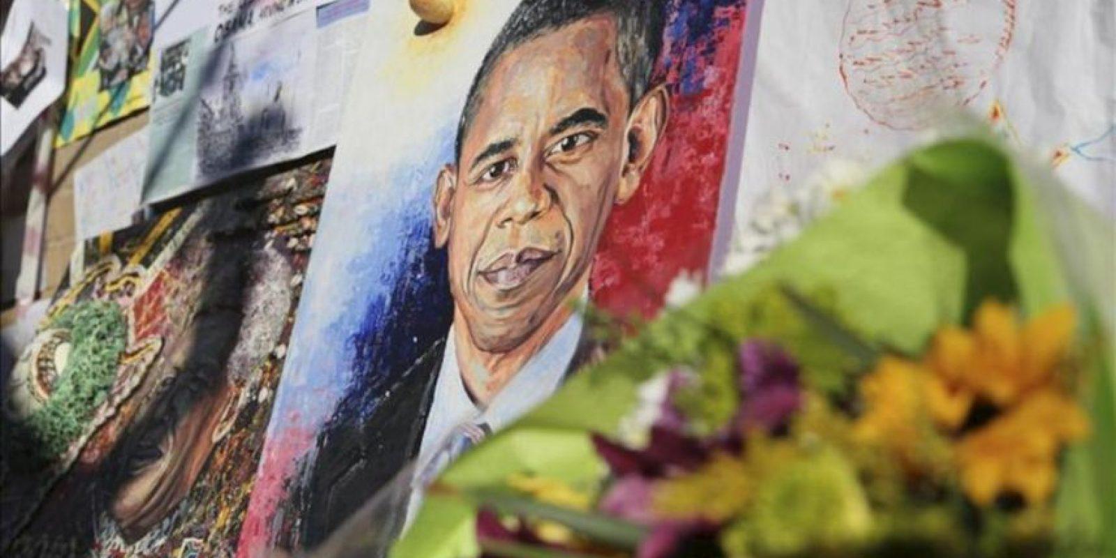 Un retrato del presidente de Estados Unidos, Barack Obama, ha sido colocado a las puertas del hospital donde se encuentra hospitalizado el expresidente Nelson Mandela en Pretoria (Sudáfrica). EFE