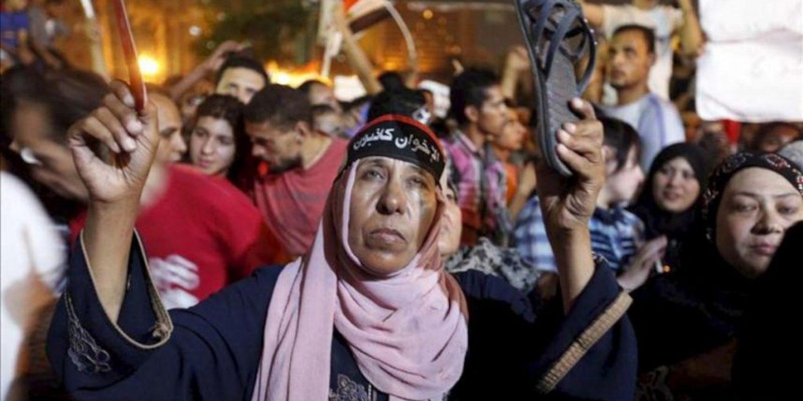 """Una mujer egipcia usa una banda en su cabeza en la que se lee: """"La Hermandad es mentirosa"""" durante una protesta contra el presidente egipcio, Mohamed Mursi. EFE"""
