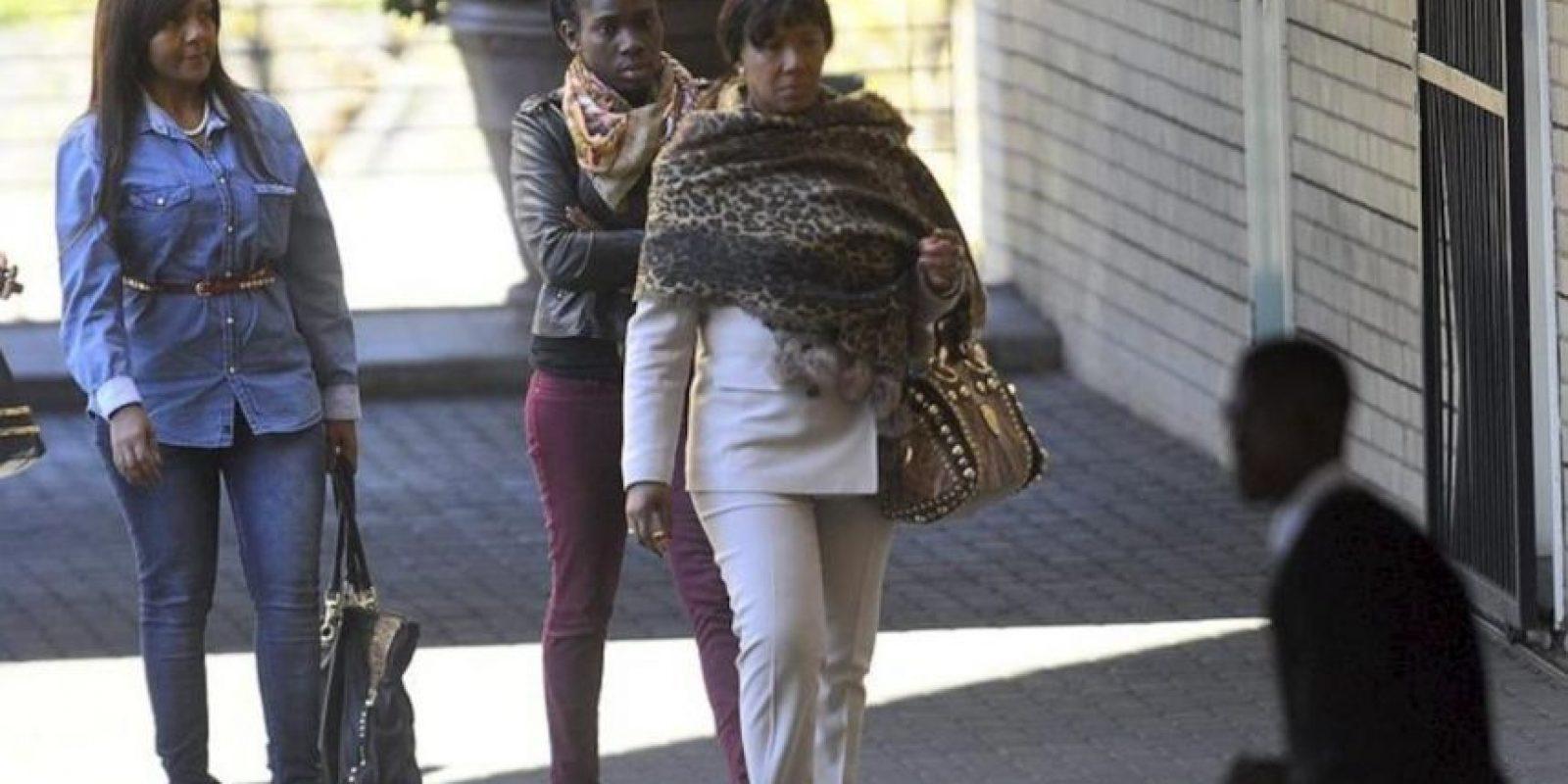 La nieta del expresidente sudafricano Nelson Mandela Ndileka (izda) y su bisnieta Makaziwe (dcha), a su llegada este viernes al hospital en el que su abuelo permanece ingresado en Pretoria (Sudáfrica). EFE
