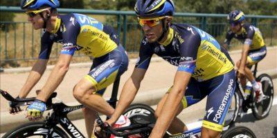 El ciclista español del equipo Saxo-Tinkoff Alberto Contador (c) participa en una sesión de entrenamiento del equipo en Porto-Vecchio, Córcega (Francia) ayer. EFE